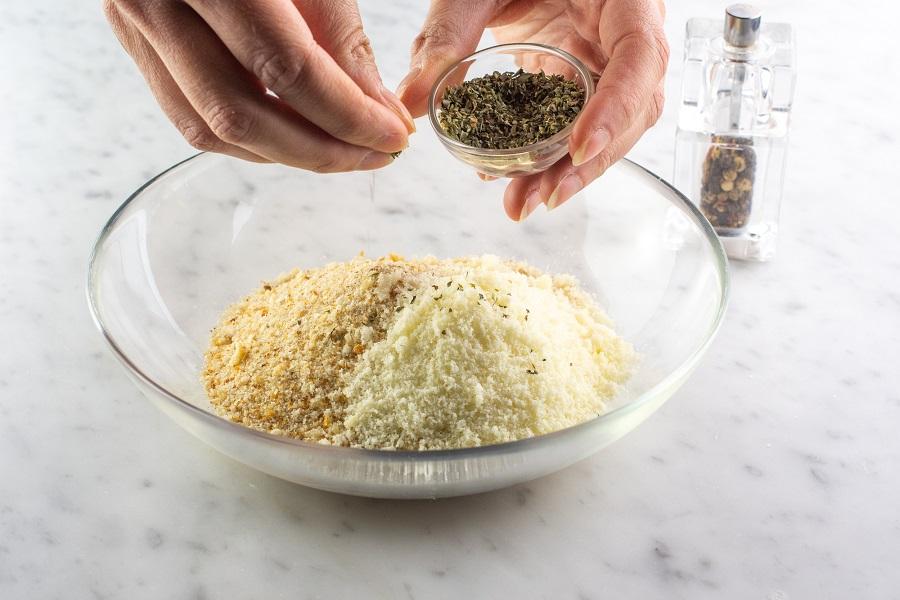 unire il pangrattato e le erbe aromatiche