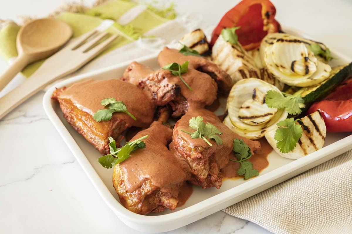 faraona-al-curry-rosso-yogurt-greco-con-verdure-grigliate